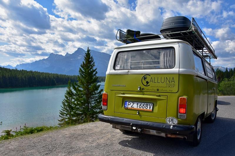 Kanada - Kolumbia Brytyjska. samochód marki VW na drodze. W tle góry, las i jezioro.