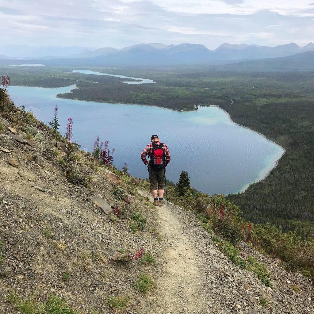 Kanada - szlak górski w Kluane National Park na Jukonie. Widok na jezioro i góry.