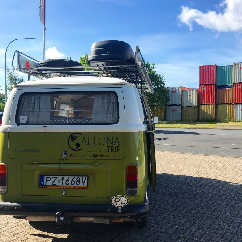 Samochodem do USA. Samochód marki Volkswagen w porcie kontenerowym w Bremerhaven, Niemcy przed wysyłką do USA i Kanady.