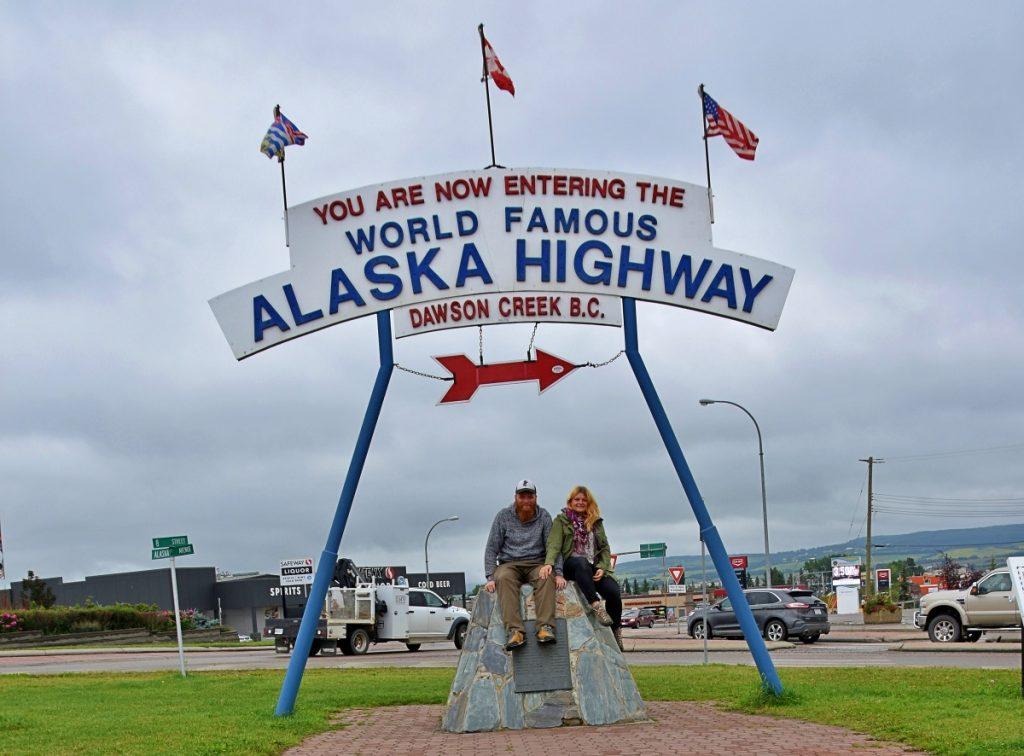 Znak/ szyld rozpoczynający autostradę Alaska Highway.