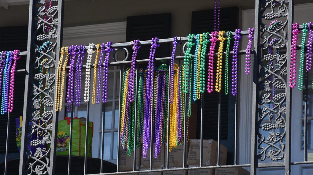 Kolorowe koraliki na Bourbon Street to typowy obrazek podczas MArdi Gras.