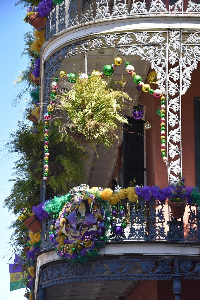 Ozdoby balkonu w kolorach Mardi Gras